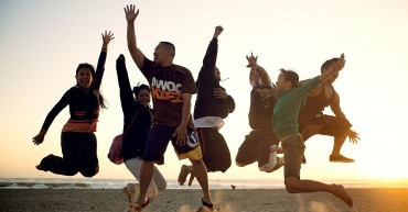 People_jumping_on_the_beach_small